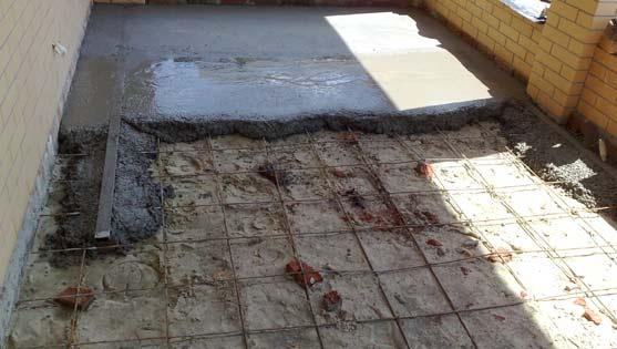 Черновой пол делают из бетонна с металлической сеткой фото.