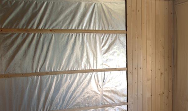 Для пароизоляции каркасной бани в мойке используется полиэтиленовая пленка на фото.