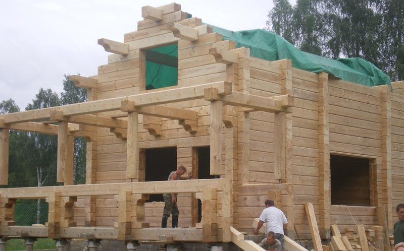 Строительство дома занимает значительное время за счет усадки на фото.