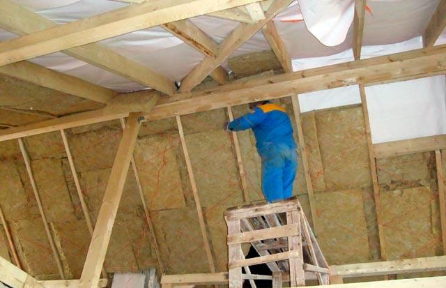 Утепляем минеральной ватой скатную крышу в каркасном доме своими руками фото.