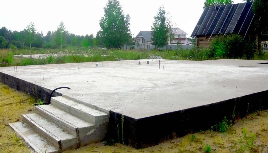 Монолитный фундамент делается монолитной плитой для строительства любого на фото.