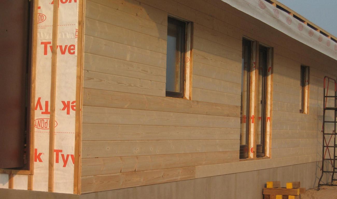 Наружняя отделка каркасного дома имитацией бруса на фото.