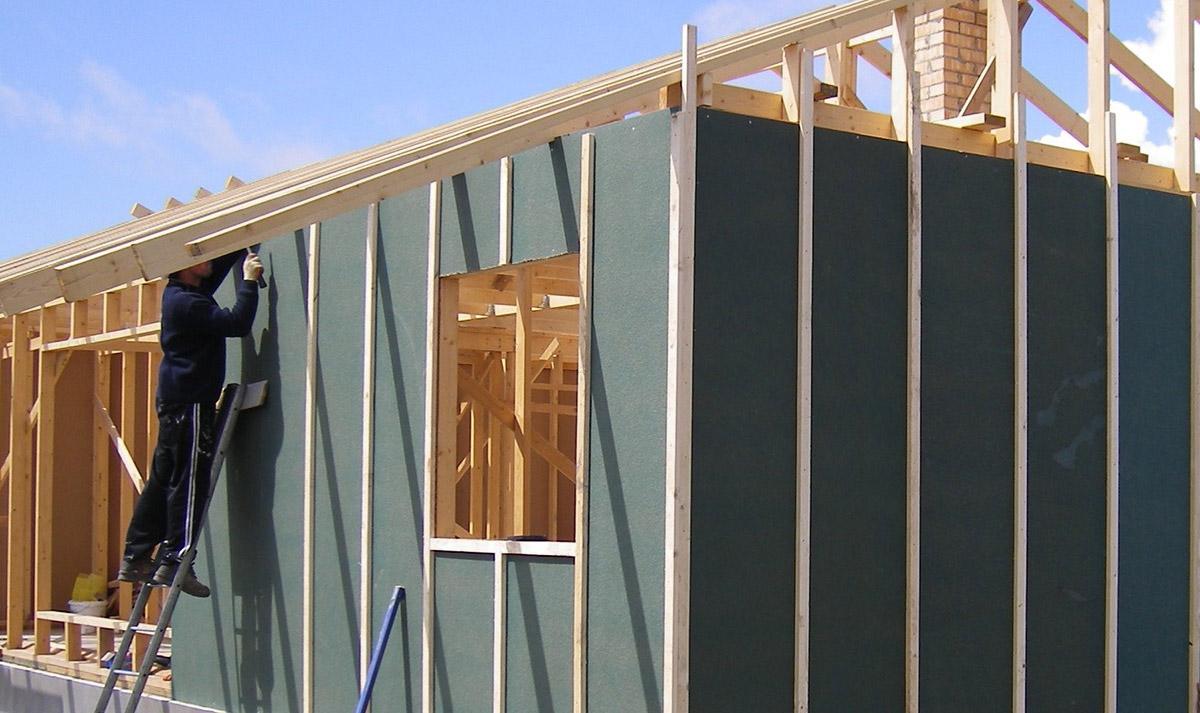 Изоплат используют как ветрозащитный затериал в строительстве на фото.