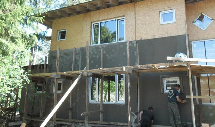Наружные стены каркасного дома обшиваются плитами ЦСП.