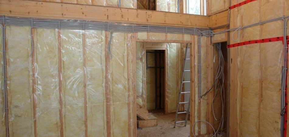 Толщина утеплителя в каркасном доме зависит от используемых материалов.